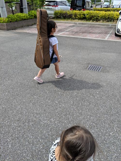 歩くギター